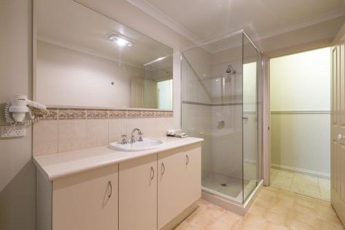 A bathroom at Bushy Lake Chalets
