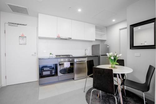 A kitchen or kitchenette at 40*CollinsTower*Lvl53*1bd1bth*FreeTram*Skybus*WIFI