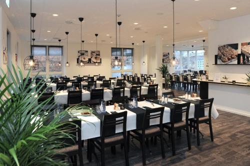 A restaurant or other place to eat at Viktoria Hotell & Konferens