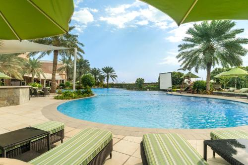 المسبح في فندق موفنبيك البحرين أو بالجوار