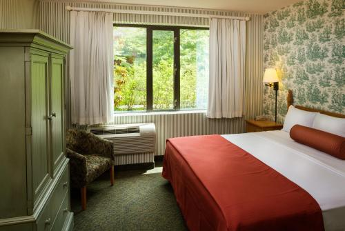 A bed or beds in a room at Williamsburg Woodlands Hotel - A Colonial Williamsburg Hotel