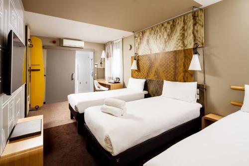 Een bed of bedden in een kamer bij ibis London City - Shoreditch