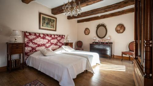 A bed or beds in a room at Manoir du Plessix Méen