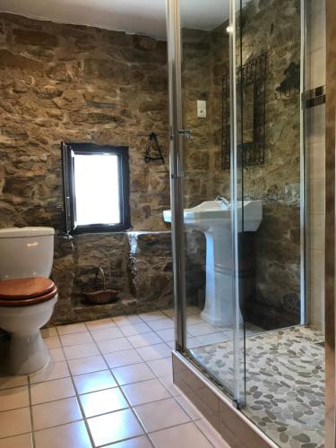 A bathroom at Domaine Du Colombier, Gite La Renaissance