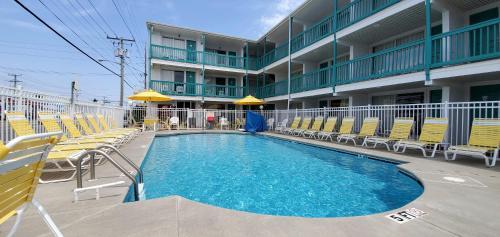 The swimming pool at or near Shangri-La Motel