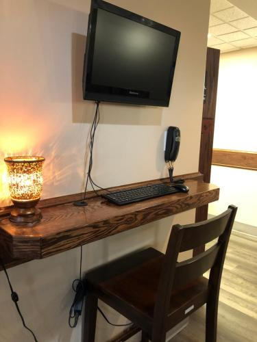 A television and/or entertainment centre at Pilgrim Inn