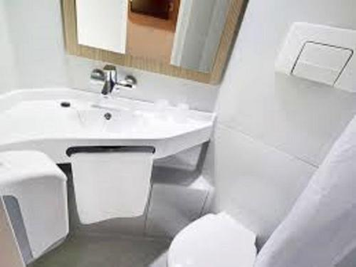 Salle de bains dans l'établissement Premiere Classe Metz Sud Jouy Aux Arches