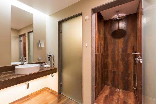 A bathroom at Morgado Golf & Country Club