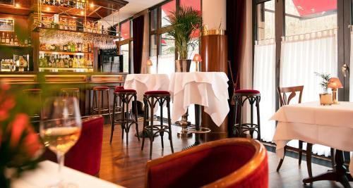 A restaurant or other place to eat at Victor's Residenz-Hotel Saarbrücken