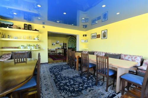 A restaurant or other place to eat at Jamilya B&B Guest House