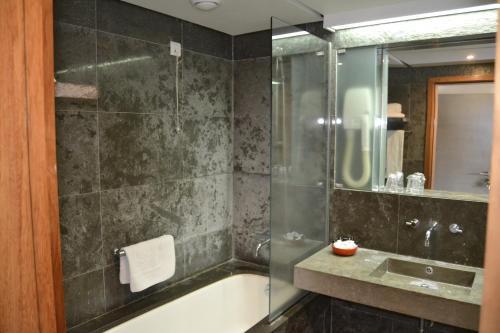 A bathroom at Pousada de Angra do Heroismo Castelo de S. Sebastiao