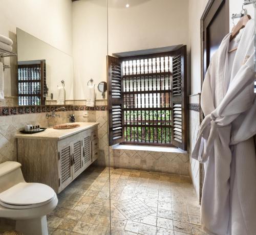 A bathroom at Hotel Boutique Casa Del Arzobispado