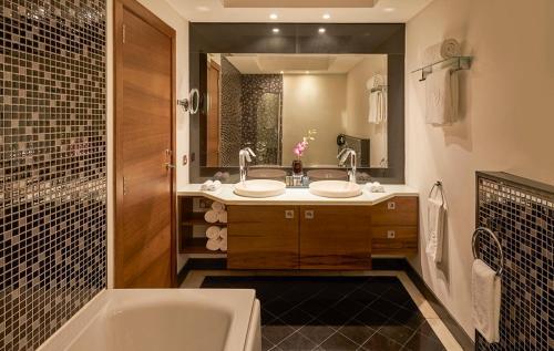 Ванная комната в Safir Fintas Hotel Kuwait
