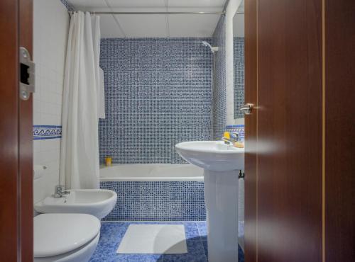 A bathroom at Apartamentos Suites Oficentro