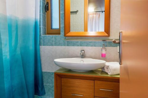 A bathroom at Enastron Villas