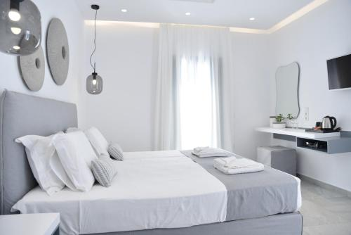 A bed or beds in a room at Crystal Mare Suites