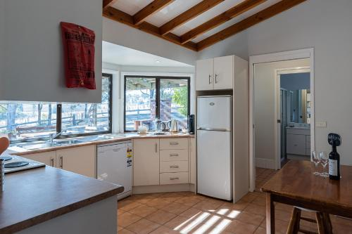 A kitchen or kitchenette at Hermitage Hideaway