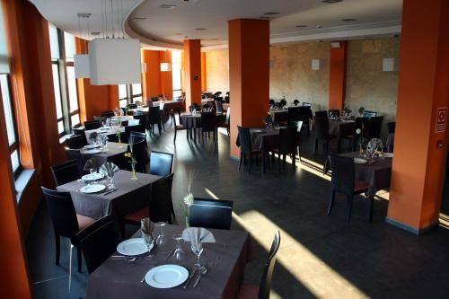 A restaurant or other place to eat at Hotel Tremazal