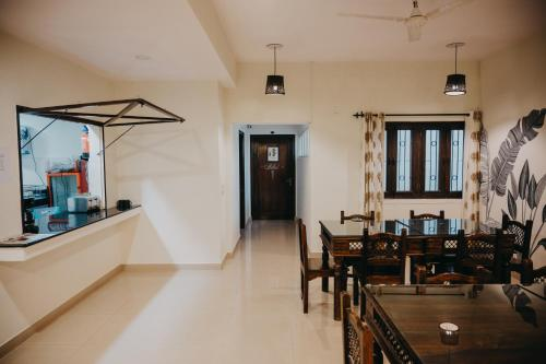 A restaurant or other place to eat at Horn Ok Please Hostel Jaipur
