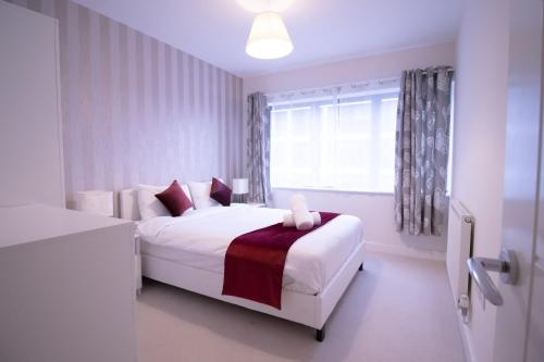 Claret Inn Serviced Apartments For Contractors & Families FREE ON-SITE PARKING & WiFi By Firoz Property Management