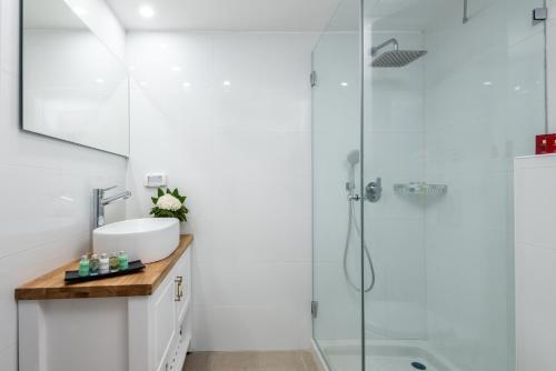 Een badkamer bij Leonardo Beach Tel Aviv