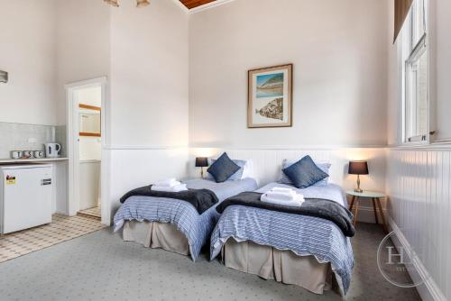 A bed or beds in a room at Windarra on High