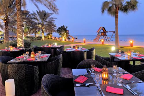 A restaurant or other place to eat at Mövenpick Hotel & Resort Al Bida'a