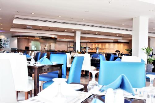 A restaurant or other place to eat at Mövenpick Hotel & Resort Al Bida'a