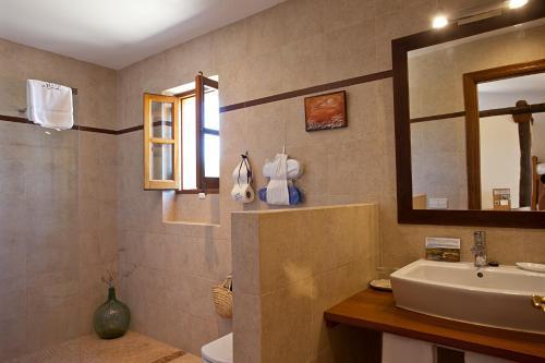 A bathroom at Agroturisme Na Martina