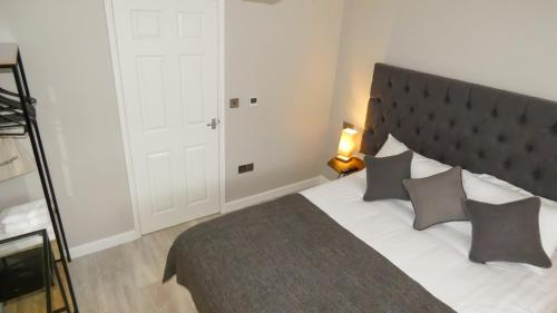 A bed or beds in a room at Modern Apartment for Corporate Travellers & Couples