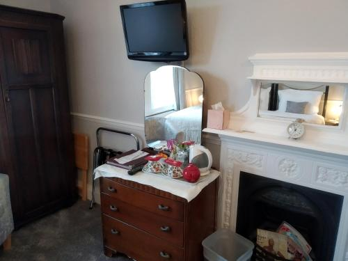 A television and/or entertainment center at Anton Guest House Bed and Breakfast