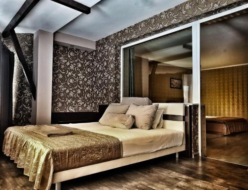 A bed or beds in a room at Discret Hotel & SPA