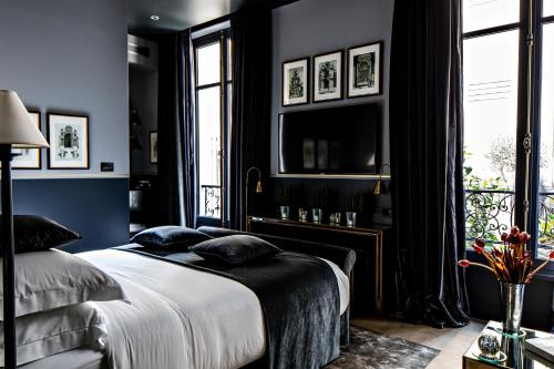 A bed or beds in a room at Monsieur George Hotel & Spa - Champs-Elysées