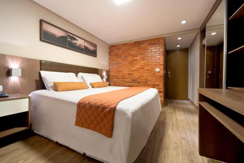 A bed or beds in a room at Hotel Laghetto Gramado