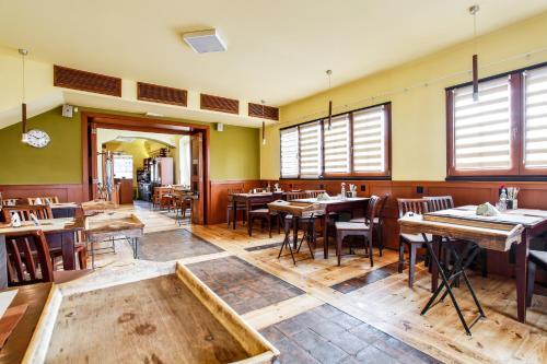 A restaurant or other place to eat at Restaurace a penzion U Zámečku