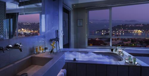 Ванная комната в The Marmara Pera