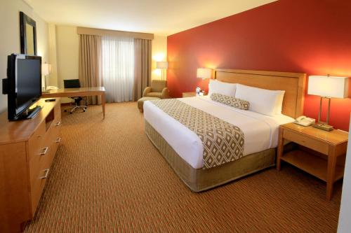 A bed or beds in a room at Crowne Plaza Monterrey Aeropuerto, an IHG hotel