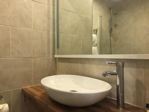 A bathroom at Hollin House Hotel