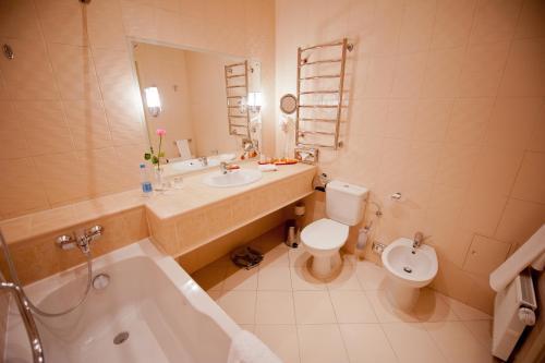 A bathroom at Opera Hotel