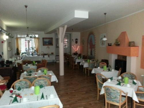 A restaurant or other place to eat at Altstadt Pension Hafenblick