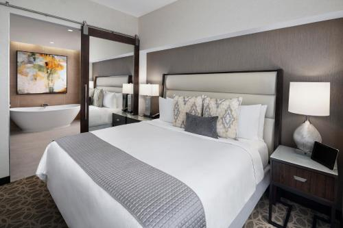 A bed or beds in a room at JW Marriott Houston Downtown