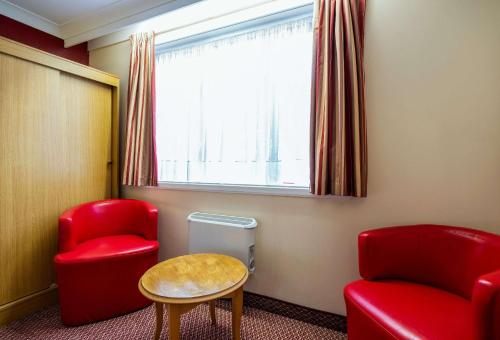 A seating area at Comfort Inn Arundel