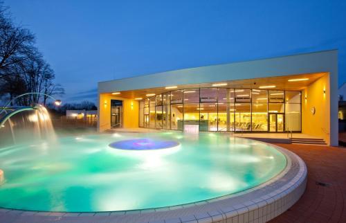 Der Swimmingpool an oder in der Nähe von Vitalhotel der Parktherme