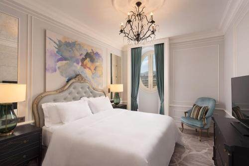 A bed or beds in a room at Maria Cristina, a Luxury Collection Hotel, San Sebastian