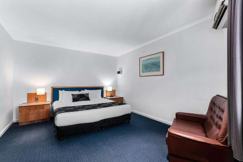 A bed or beds in a room at Comfort Inn Traralgon