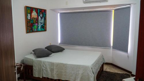 A bed or beds in a room at Apartamento Gamboa de Cima