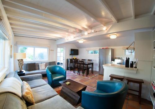A seating area at Ocean Breeze - Studio Glamping Getaway w Hot Tub