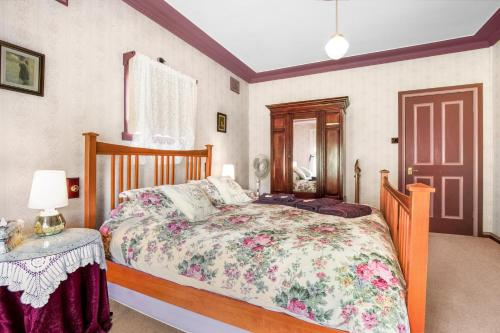 A bed or beds in a room at Ambrose Cottage Front Apartment