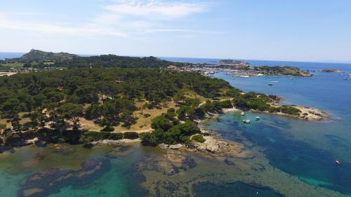 Vue panoramique sur l'établissement Hotel Helios - Ile des Embiez
