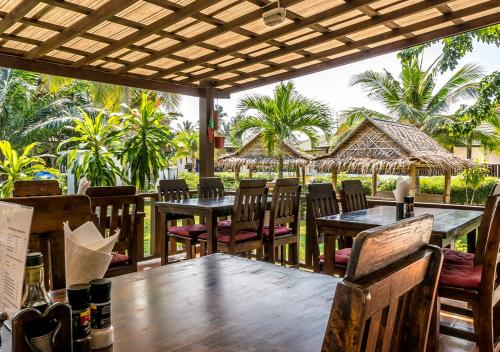 A restaurant or other place to eat at Phatcharee Resort